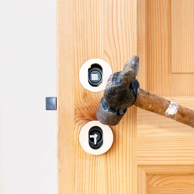 Bank forsigtig træindsatserne ind i de runde hulle så de flugter med døren