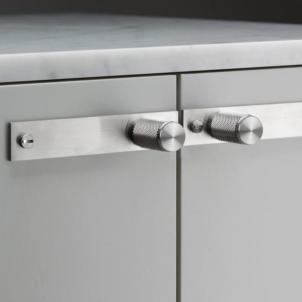 Buster+Punch - Møbelknopper med bagplade - Rustfrit stål - Model Cross (2 stk)