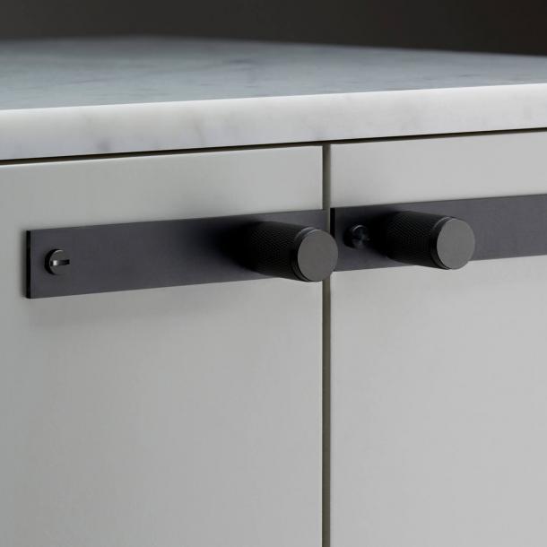 Buster+Punch - Møbelknopper med bagplade - Sort - Model Cross (2 stk)