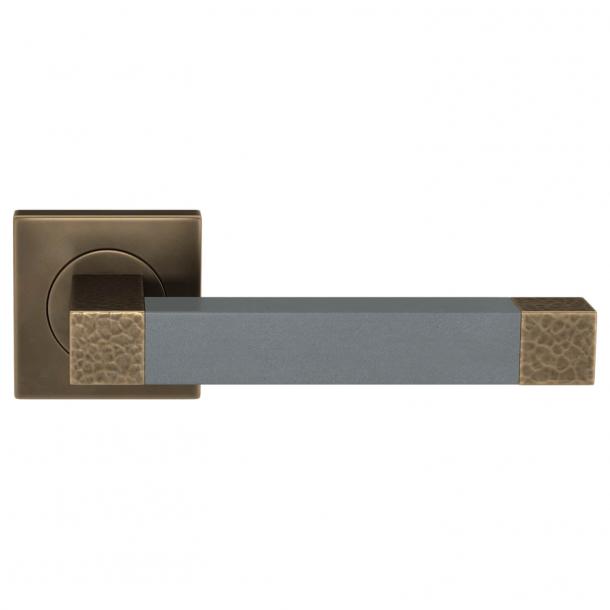 Turnstyle Design Dørgreb - Slate gray leather / Burnished brass - Model HR1021