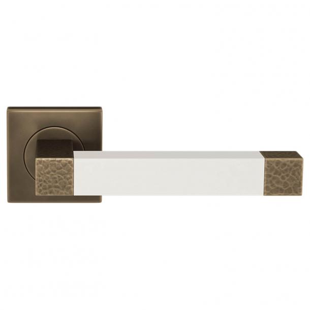Klamka do drzwi - Turnstyle Design - Biała skóra / Mosiądz polerowany na ciemny - Model HR1021
