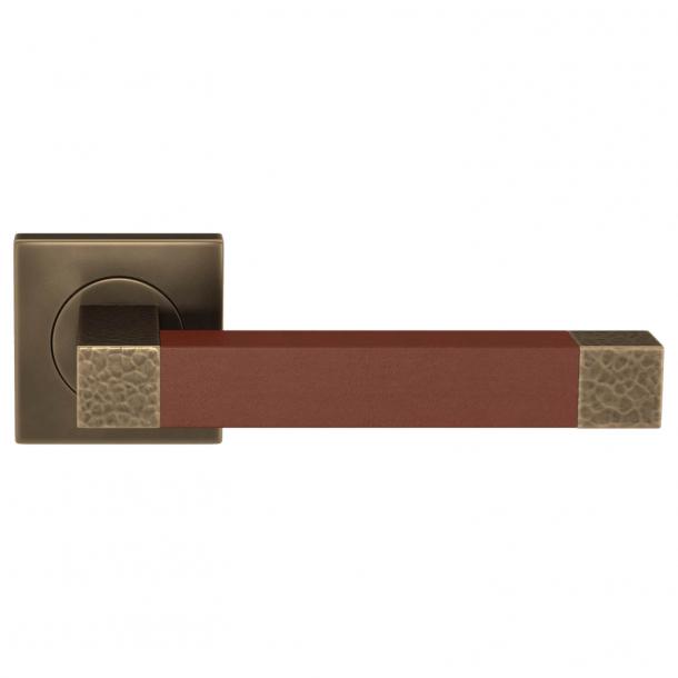 Turnstyle Design Dørgreb - Chestnut leather / Burnished brass - Model HR1021