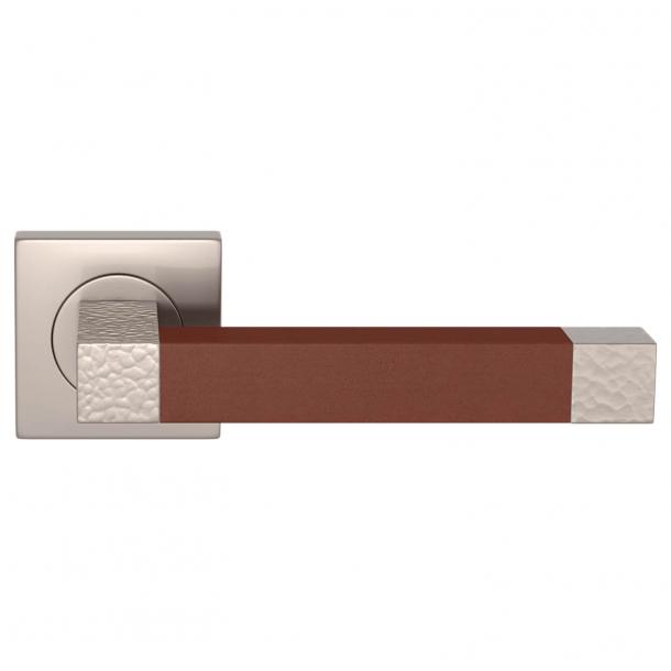 Klamka do drzwi - Turnstyle Design - Skóra w kolorze kasztanowym / Nikiel satynowy - Model HR1021