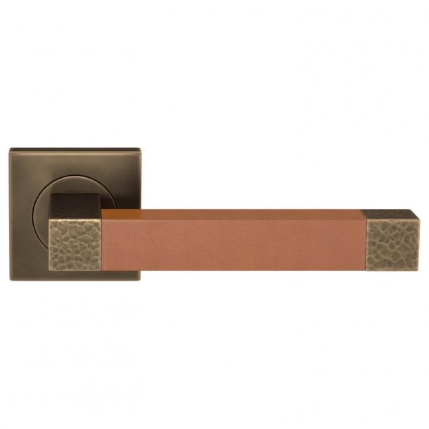 Turnstyle Design Dørgreb - Solbrunt læder / Mørk poleret messing - Model HR1021