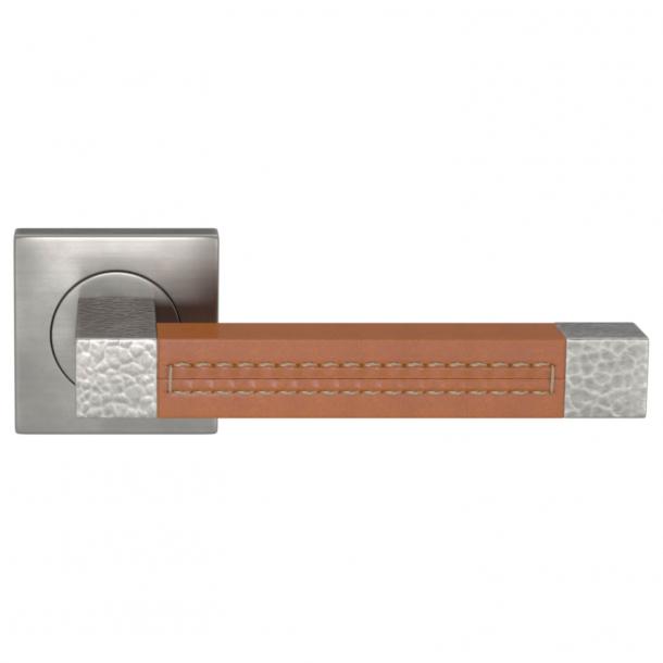 Turnstyle Design Dørgreb - Tan leather / Burnished nickel - Model HR1025