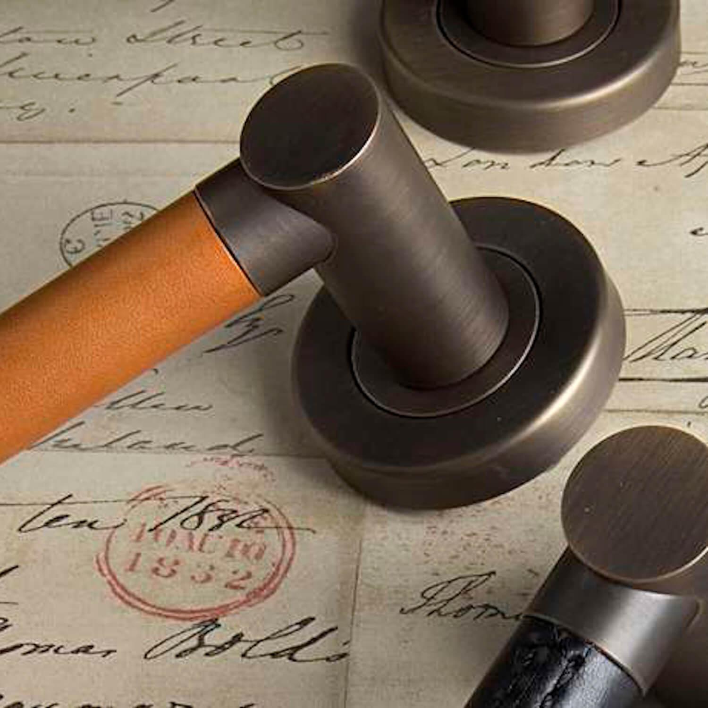 Dørhåndtag R1018 - Turnstyle designs - Læder og metal