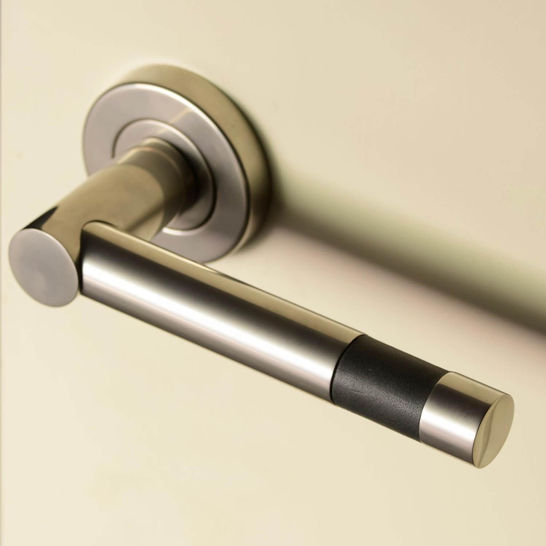 Dørgreb R1020 - Turnstyle design - Læder og metal