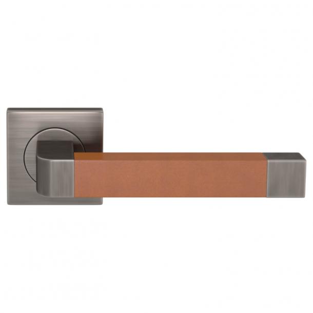Klamka do drzwi - Turnstyle Designs - Jasno brązowa skóra / Nikiel postarzany - Model R2030