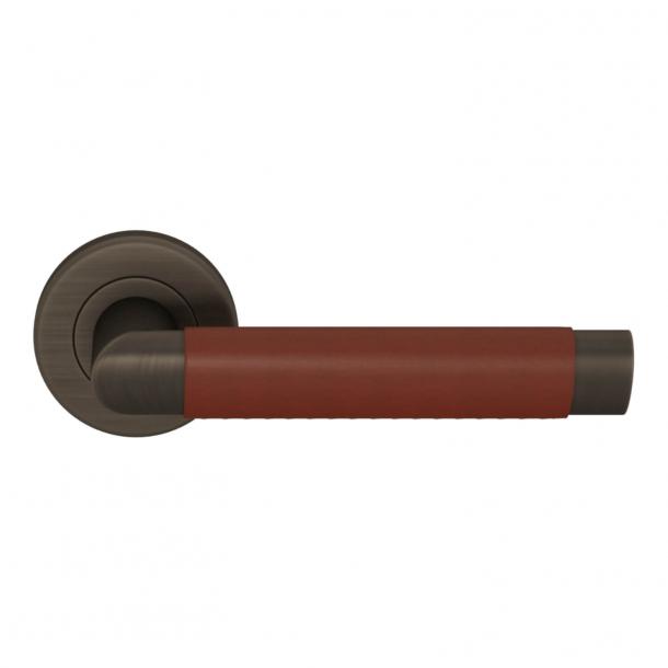 Turnstyle Design Door handle - Chestnut leather / Vintage patina - Model C1013