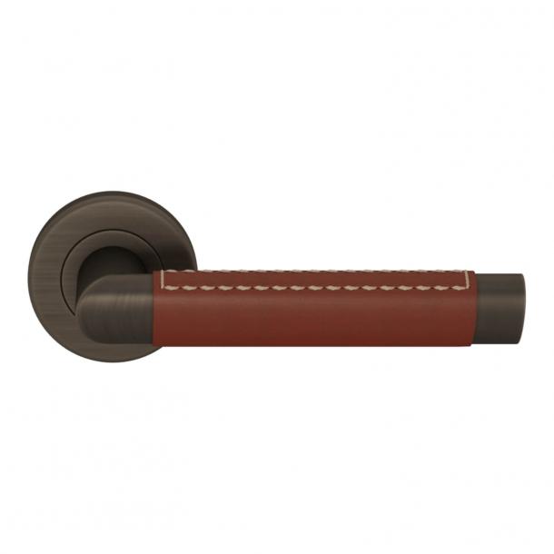 Turnstyle Design Door handle - Chestnut leather / Vintage patina - Model C1414