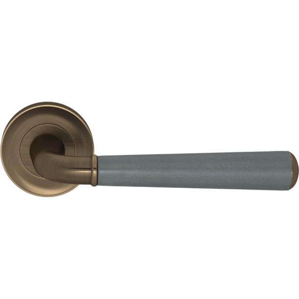 Klamka do drzwi - Turnstyle Design - Popielata skóra / antyczny mosiądz - Model CF2987